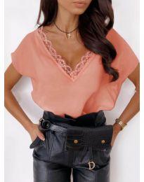 Елегантна дамска тениска в цвят праскова с дантела при деколтето - код 433