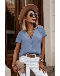 Тениска с копчета отпред в светло синьо - код 0606