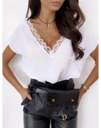 Елегантна дамска тениска в бяло с дантела при деколтето - код 433