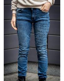 Дамски дънки в синьо с надпис - код 7772
