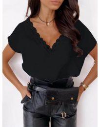 Елегантна дамска тениска в черно с дантела при деколтето - код 433