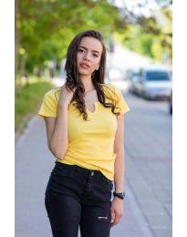 Изчистена тениска в цвят жълто - код 3667