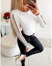 Бяла блуза с тюл и камъни на ръкавите - код 3500