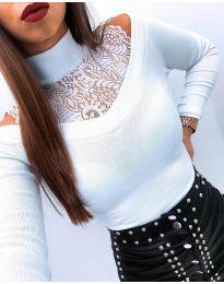 Дамска блуза в бяло с ефектно деколте - код 4254