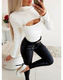 Блуза в бяло с цепка при деколтето - код 3501