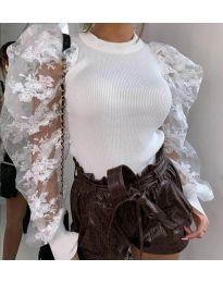Ефектна бяла блуза с бухнали тюлени ръкави с бродерии - код 3613