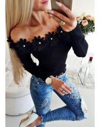 Блуза в черно с лодка деколте с цветя - код 2882